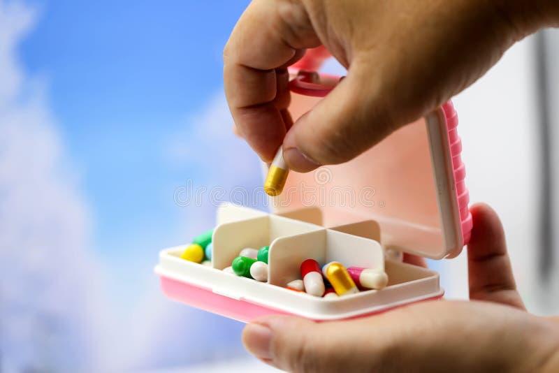 Miniatuurmensen: Zakenman met Ziekenwagen en capsuledrug, B royalty-vrije stock fotografie