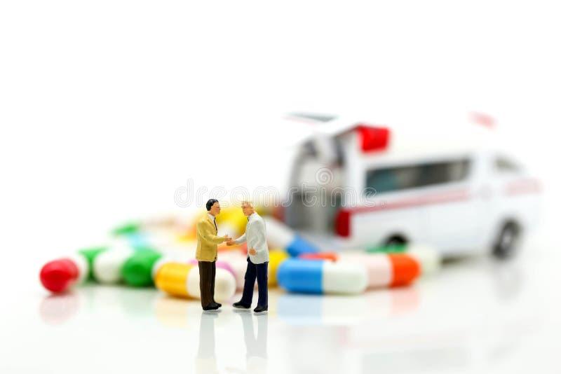 Miniatuurmensen: Zakenman met Ziekenwagen en capsuledrug, B royalty-vrije stock afbeeldingen