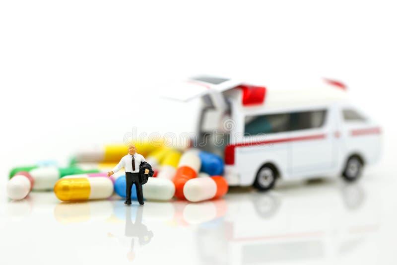 Miniatuurmensen: Zakenman met Ziekenwagen en capsuledrug, B stock foto's