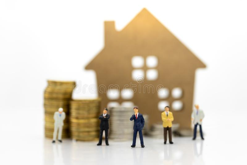 Miniatuurmensen: Zakenmangegarandeerde lening, derde partij, waarborg Beeldgebruik voor bedrijfsconcept royalty-vrije stock afbeeldingen