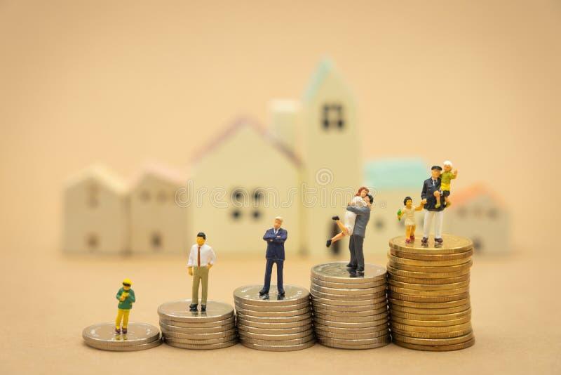 Miniatuurmensenzakenlieden die Investeringsanalyse of investering bevinden zich Het concept het zijn aantal ??n zaken in stock fotografie