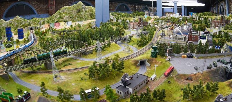 Miniatuurmodel van vervoerroutes en landschap stock afbeeldingen