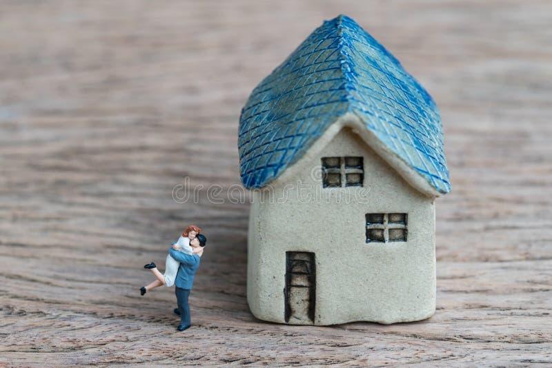 Download Miniatuurpaar, Gelukechtgenoot En Vrouw Met Ceramisch Huis Stock Afbeelding - Afbeelding bestaande uit huis, geluk: 107708147