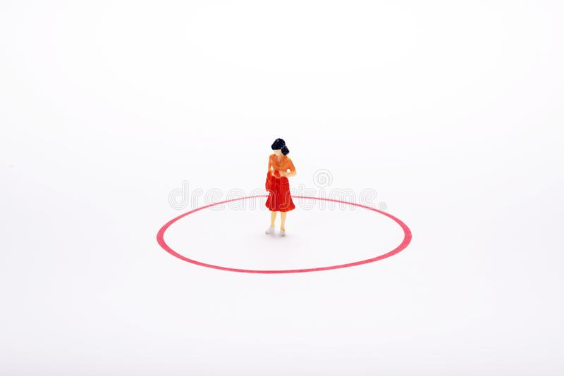 Miniatuurpoplevrouw in rode cirkel over witte achtergrond of backg royalty-vrije stock fotografie