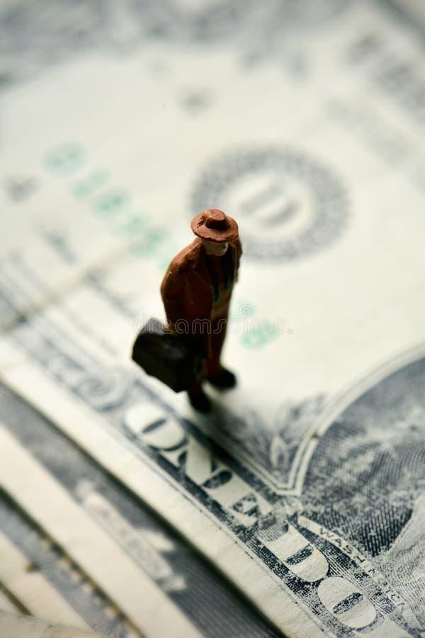Miniatuurreiziger op dollarbankbiljetten royalty-vrije stock afbeeldingen