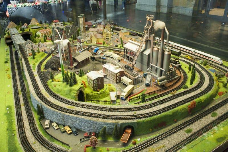 Miniatuurscène van klein stadsmodel bij het Station van Frankfurt in een vensterglas stock foto