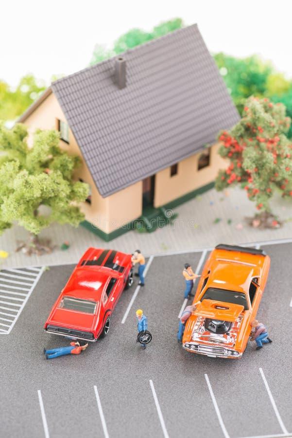 Miniatuurwerktuigkundigen die en auto's hoogste mening onderhouden herstellen royalty-vrije stock foto's