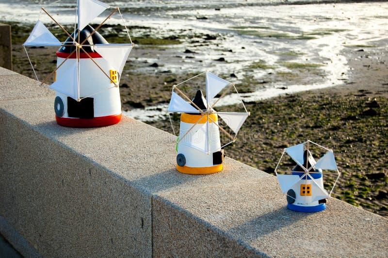 Miniatuurwindmolens in Alcochete Portugal stock afbeeldingen