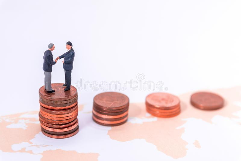 Miniatuurzakenman Handshake op wereldkaart op witte blackground royalty-vrije stock afbeeldingen