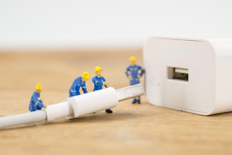 Miniatyr med uppladdareproppen eller kabel för att förbinda arkivbild