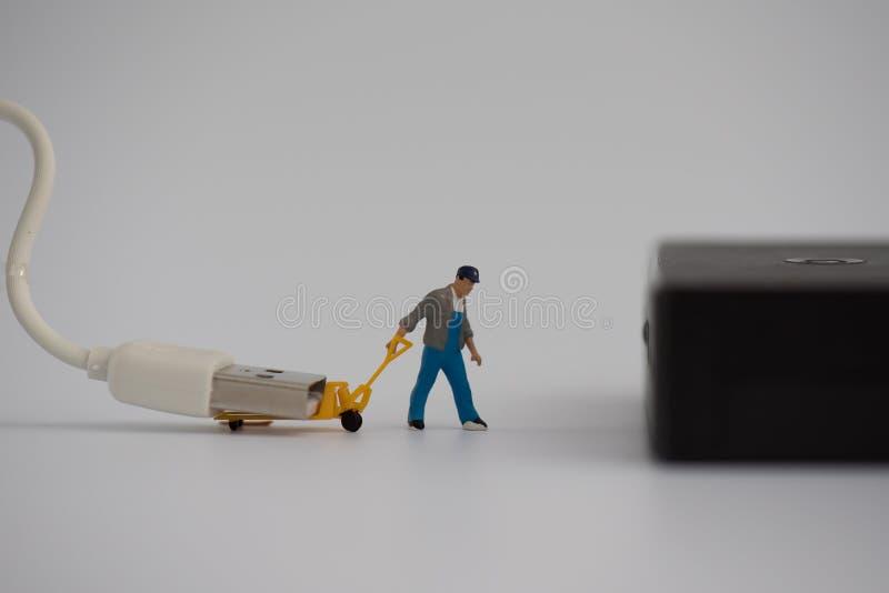 Miniatyr med uppladdareproppen eller kabel för förbindande maktbanken royaltyfria bilder