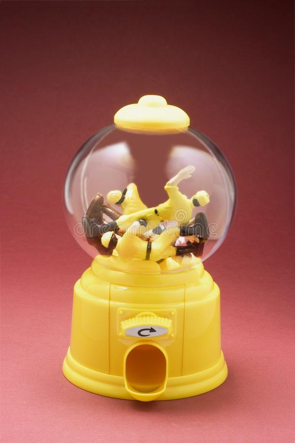 Miniatyrarbetare i den Bubblegum maskinen royaltyfria foton