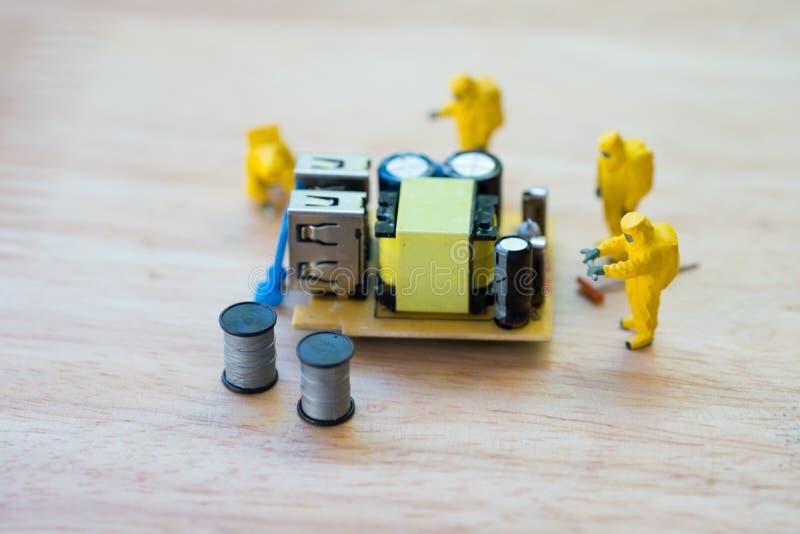 Miniatyrbrottsplatsutredare med elektronik royaltyfria foton