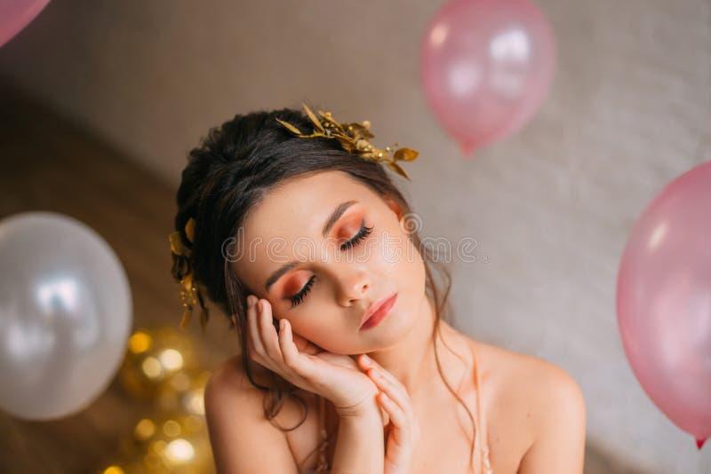 Miniatyrflickan med den oskyldiga barnsliga framsidan, mjuk hud och mörkt hår stängde hennes älskvärda ögon och ta sig en tupplur royaltyfri foto