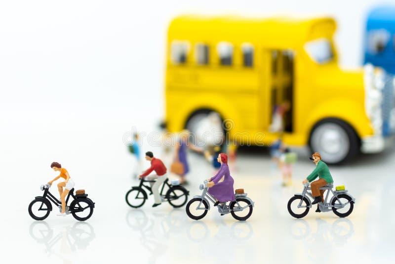 Miniatyrfolk: överför studenten till skolan för studie Bildbruk för samhälle för barn` s royaltyfria bilder