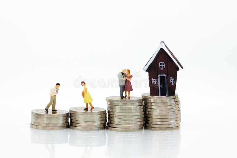 Miniatyrfolk: Affär på finansiella transaktioner för bostadslån Bildbruk för invesmenten, affärsidé royaltyfri fotografi