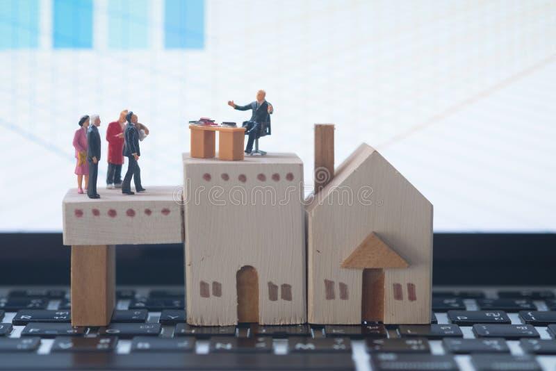 Miniatyrfolk: Affärskonsulenter på finansiella transaktioner för bostadslån royaltyfria foton