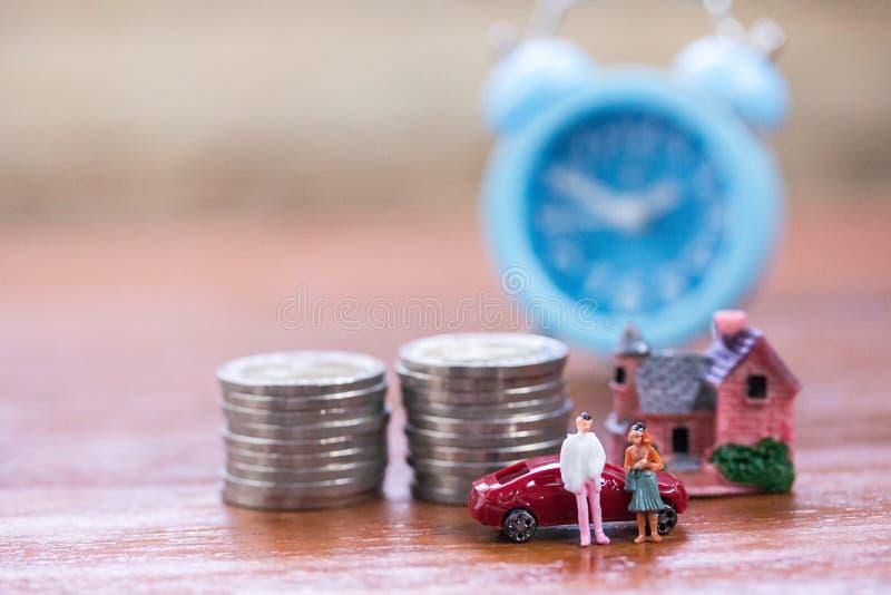 Miniatyrfolk: Affärsman och kvinnor som står med moment av Co arkivfoto