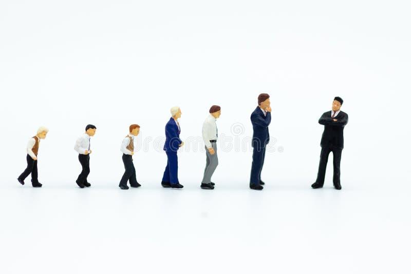 Miniatyrfolk: Affärsman som söker efter anställda för jobbplacering Avbilda bruk för valet av bästa anpassad anställd, jobb arkivbilder