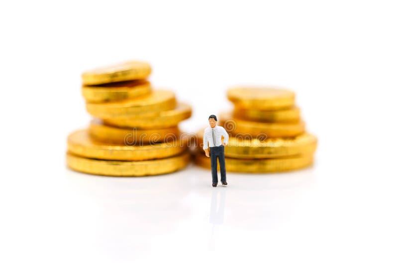 Miniatyrfolk: Affärsmananseende med bunten av myntet, måndag royaltyfri bild