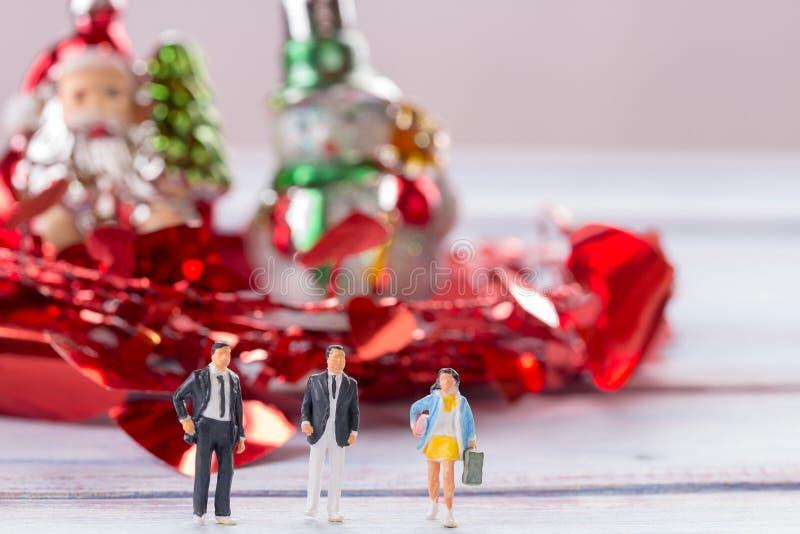 Miniatyrfolk: Affärsmannen figurerar anseende på golvintelligensen arkivbild