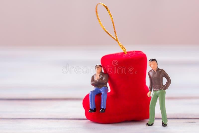 Miniatyrfolk: Affärsmannen figurerar anseende på golvintelligensen royaltyfri bild