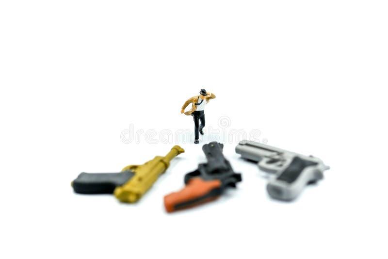 Miniatyrfolk: affärsmannen och bandet som blåser i vind, står wi royaltyfria foton