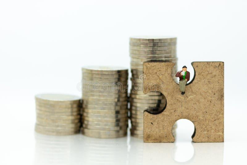 Miniatyrfolk: Affärsmansammanträde på figursågstycken och har bunten av mynt för bakgrund r royaltyfri fotografi