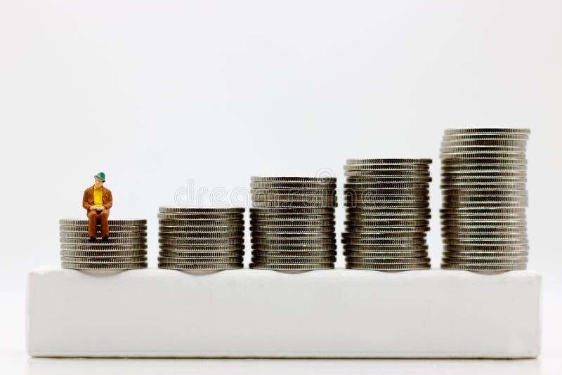 Miniatyrfolk: Affärsmansammanträde på moment av myntpengar royaltyfri fotografi