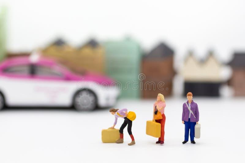 Miniatyrfolk: Gruppfolket flyttar resväskan och väntande på bussar Bildbruk för trans., loppaffärsidé royaltyfria bilder