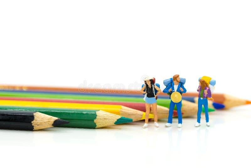Miniatyrfolk: Handelsresande med färgblyertspennan Bildbruk för tra arkivfoto