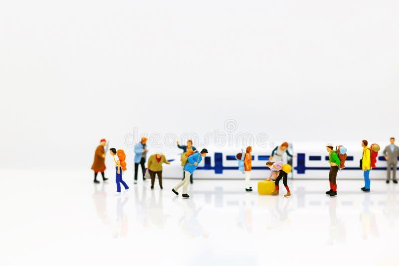 Miniatyrfolk: Handelsresande med ryggsäckanseende i drevsta fotografering för bildbyråer
