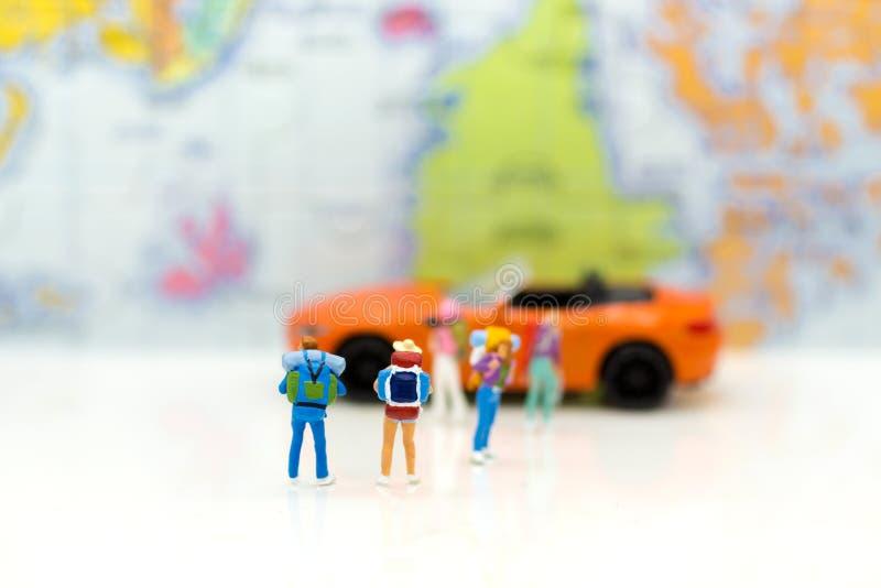 Miniatyrfolk: handelsresande med ryggsäcklopp med bilen Bild u royaltyfri foto