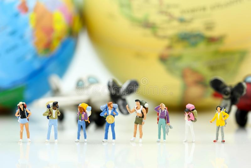 Miniatyrfolk: Handelsresande med världsjordklotet och flygplanet, tra fotografering för bildbyråer