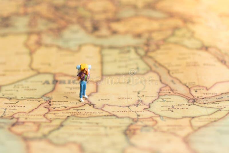 Miniatyrfolk: handelsresande som går på översikten Van vid lopp till destinationer på begrepp för loppaffärsbakgrund arkivfoton