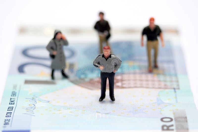 Miniatyrfolk och pengar royaltyfri fotografi