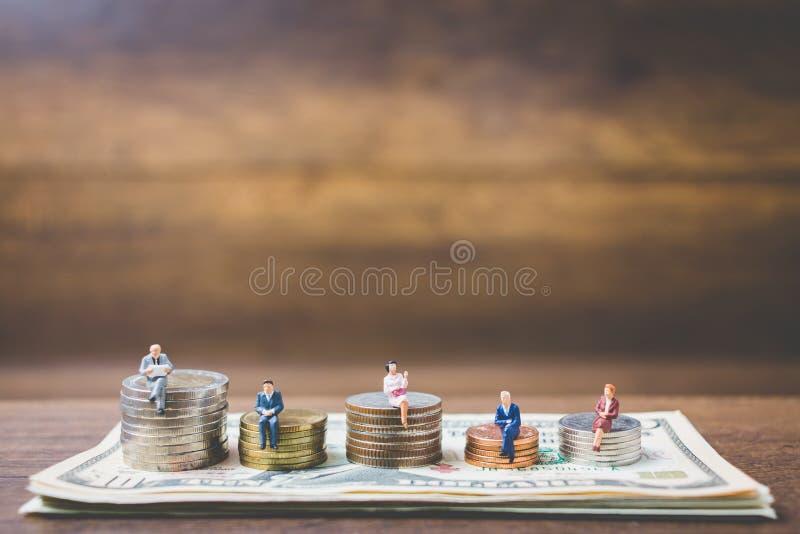 Miniatyrfolkaffärsman på pengar royaltyfri foto