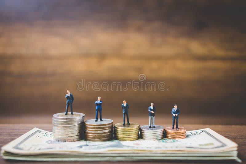 Miniatyrfolkaffärsman på pengar royaltyfri bild