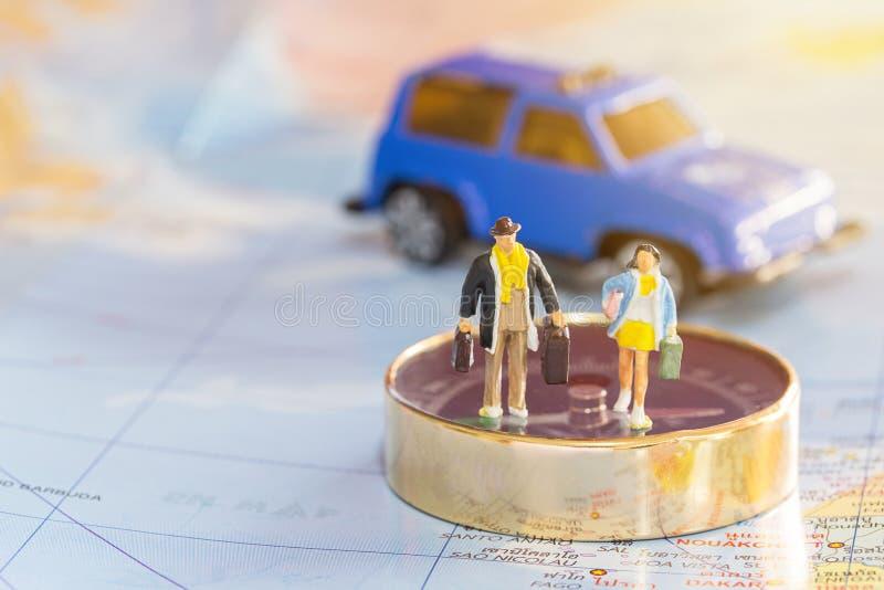 Miniatyrfolkhandelsresandeanseende på kompasset fotografering för bildbyråer