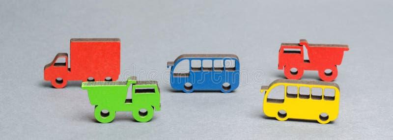 Miniatyrleksakträmedel på en grå bakgrund Begreppet av stadstransportpäfyllning i royaltyfri foto