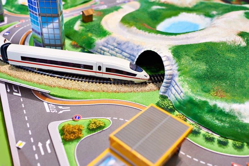 Miniatyrmodell av terräng med järnvägen och drevet royaltyfria bilder