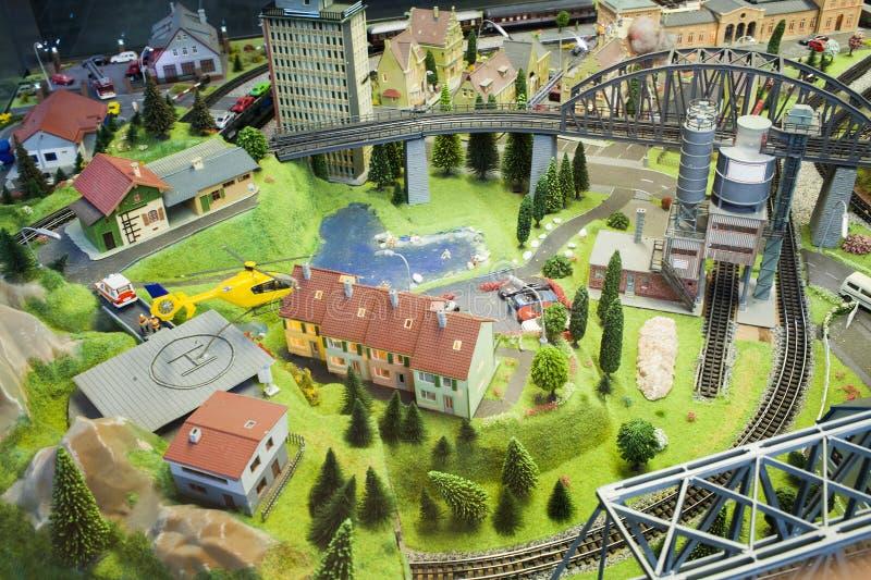 Miniatyrplats av den lilla stadsmodellen på den Frankfurt drevstationen i ett fönsterexponeringsglas royaltyfri bild