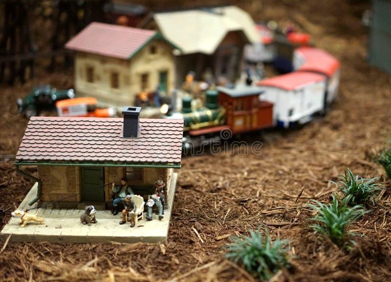 Miniatyrstad- och drevplats royaltyfri foto