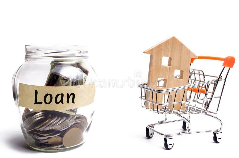 Miniatyrträhus och inskriften 'lån ', Köpa ett skuldsatt hem Familjinvestering i fastighet- och riskledning c royaltyfri fotografi