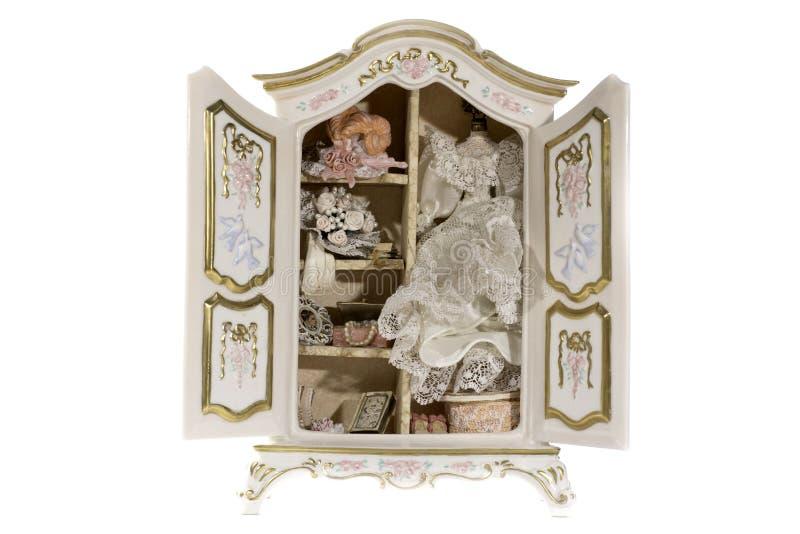 Miniatyrviktoriansk garderob med bröllopsklänningen royaltyfri foto