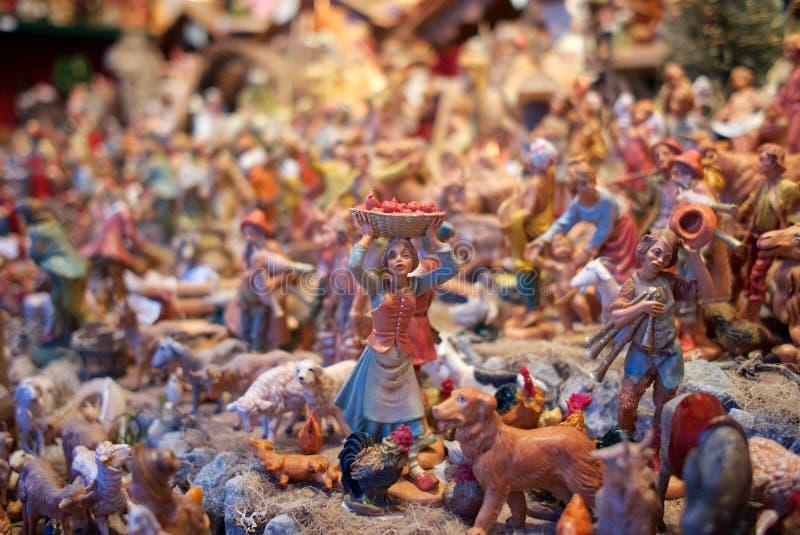Minibeeldhouwwerken in Kerstmismarkt Wenen, Oostenrijk stock foto