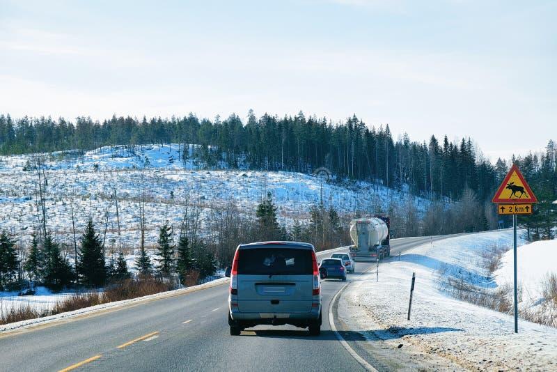 Minibestelwagen bij Sneeuw bos de Winterweg in Finland stock fotografie