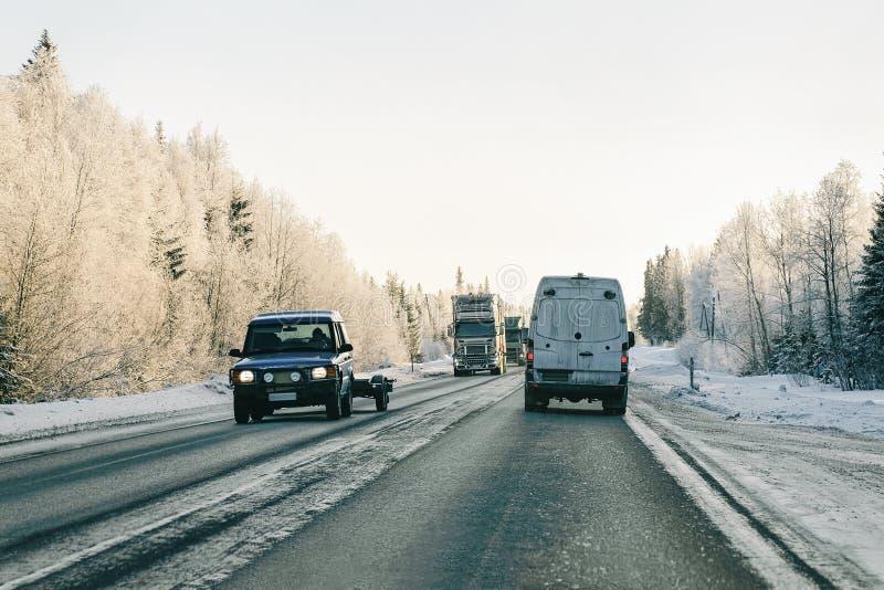 Minibestelwagen bij Sneeuw bos de Winterweg van Finland stock foto