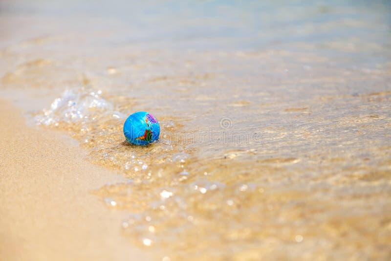 Minibol op de golven stock afbeeldingen
