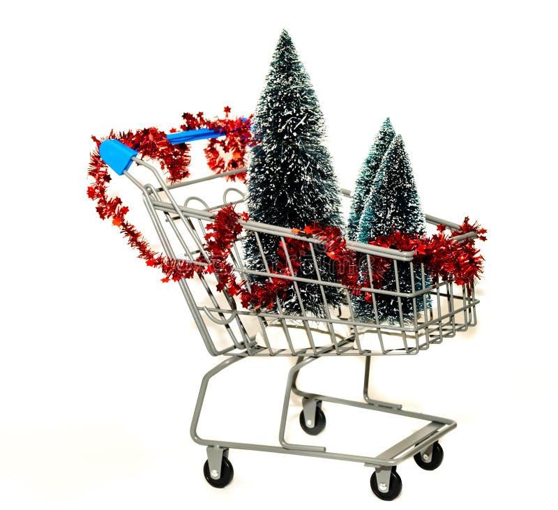 Miniboodschappenwagentje met Kerstbomen; vakantie het winkelen concept; royalty-vrije stock afbeeldingen